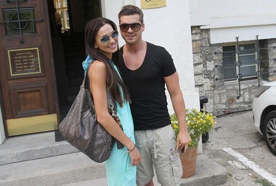 Elišku, zatím se slunečními brýlemi, přijel vyzvednout přítel Jakub Malina.