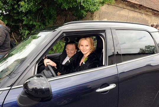 Ivana dělala Karlovi řidičku.