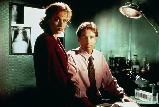 Gillian Anderson s Davidem Duchovnym v Aktech X