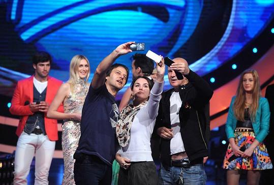 Pavol Habera a Ewa Farna se na rozloučenou fotí s finalisty.