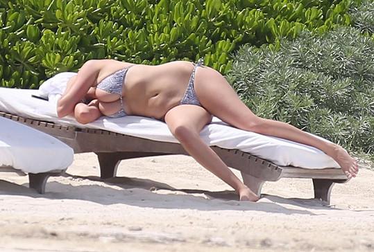 Modelka v Mexiku chytala bronz a plavky sotva stačily všechno pochytat...