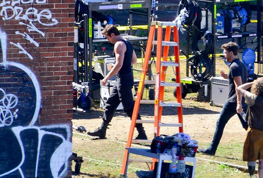 Hemsworth natáčí Hunger Games - Mockingjay.