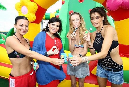 S odhalováním začala, když spolu s Gábinou Partyšovou, Petrou Faltýnovou a Andreou Kalivodovou křtily novou část aquaparku.