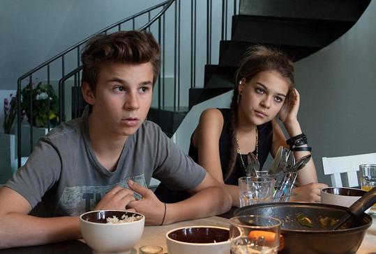 Matěj a Anežka jsou dva teenageři vyrůstající v nezvyklých rodinách.