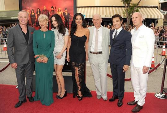 Catherine Zeta-Jones a její herečtí kolegové z komedie Red 2.