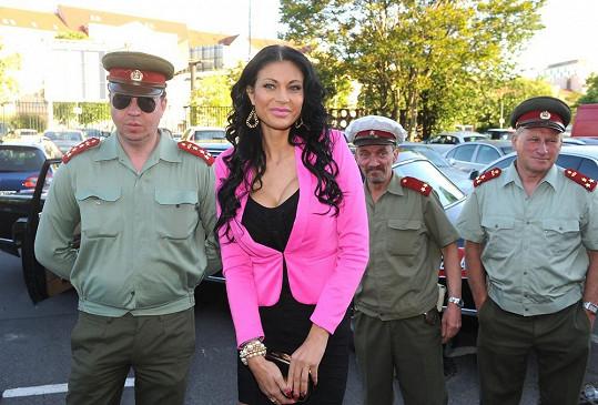 Nechala se zatknout příslušníky VB.
