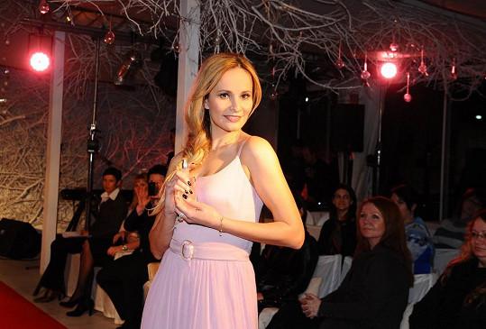 Pro Absolonovou vytvořila návrhářka Kovaříková šaty inspirované flakónem parfému.