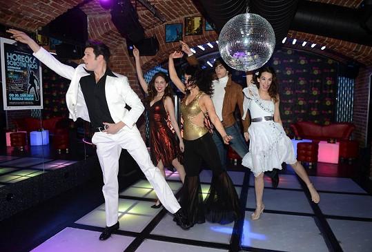 Hlavní role v Horečce sobotní noci dostali osvědčení herci, z nichž většinu z Divadla Kalich už známe.