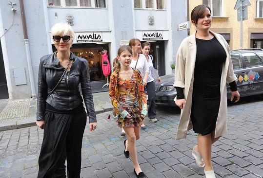 Jitka Čvančarová a Barbara Nesvadbová s dcerou Bibianou přichází na akci.