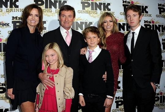 Wayne Gretzky s manželkou Janet Jones a dětmi Emmou, Waynem, Tristanem, Paulinou Tyem Gretzky.
