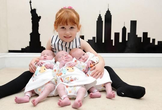 Unikátní identická trojčátka s jejich 'velkou ségrou' Faye.
