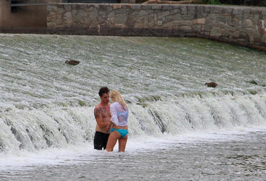 Pak skočili pod splav a Dan měl najednou ruce úplně všude.