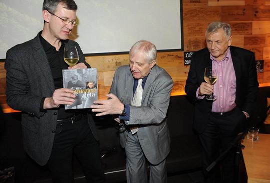 Knihu mu pokřtil Jiří Suchý.