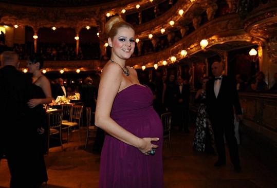 S bříškem se ukázala (ač nebyla zvaná) na Plese v Opeře.