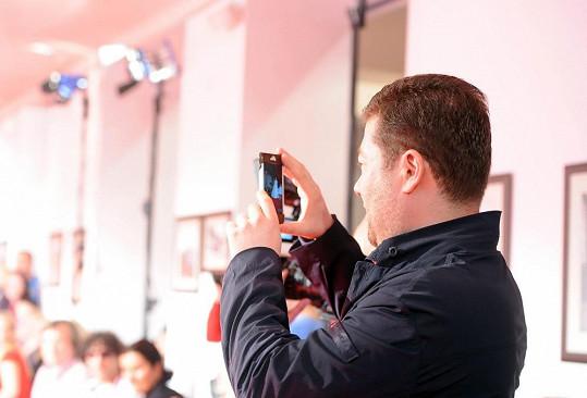 Tomio si fotí svoji přítelkyni.