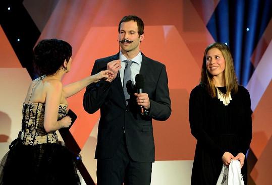 Zlatá medailistka ze Soči předala Fotbalistovi roku Petru Čechovi maketu knírku.