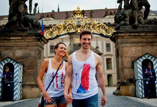 Focení kolekce probíhalo v blízkosti Pražského hradu a modelka s modelem budili velký rozruch a mířil na ně nejen objektiv fotografa Lukáše Davida, ale současně také mnoha desítek přihlížejících turistů.