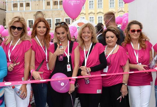 Podporovala ale také dobrou věc. Pochodu proti rakovině prsu se zúčastnila několikrát. Tehdy ještě netušila, že rakovina zasáhne i jejího manžela.