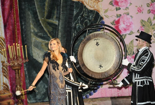Tereza zahájila ples úderem gongu.