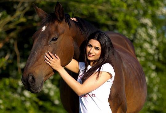Nikki miluje koně.