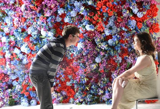 Scéna s umělými květinami byla impozantní.