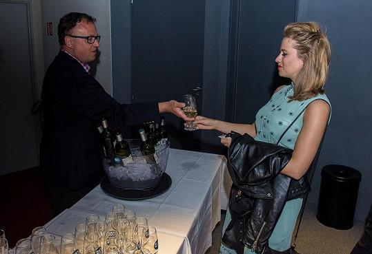 Emma se pozdravila s francouzským sommelierem Jean Michelem Delucem...