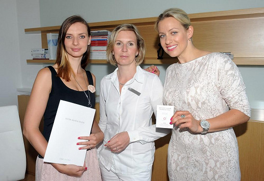 Tereza Mátlová navštívila reprodukční kliniku s kolegyní s Fantoma opery Monikou Sommerovou. Vedoucí lékařka Hana Višňová jim oběma dala odborný výklad.
