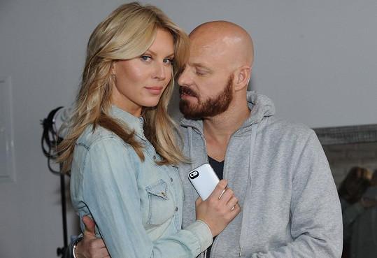 Sekne jí to i po čtyřicítce. Simona Krainová s manželem Karlem Vágnerem.