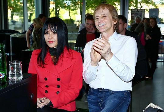 Ivana doprovázela jeho životní partnerka Cindy Hudson.