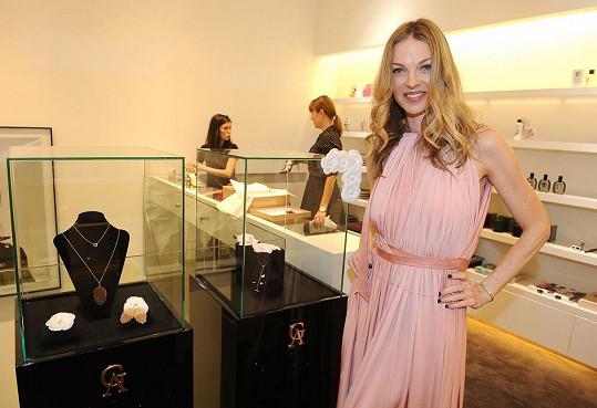 Pavlína Němcová pro obchod, kde prodávají šaty návrháře Alfreda Villalby, navrhla kolekci šperků.