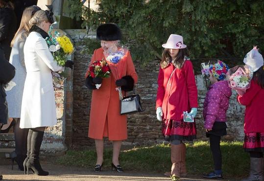 Ke kostelu dorazila i královna Alžběta II.
