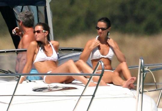 Kate (vlevo) s Pippou a partou přátel na jachtě
