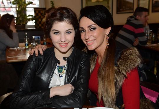 Sklovska s kolegyní z X Factoru Celeste Buckingham.