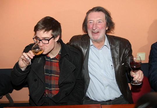 Teď vypadá jako intelektuál a stejně jako tatínek má rád kvalitní víno.