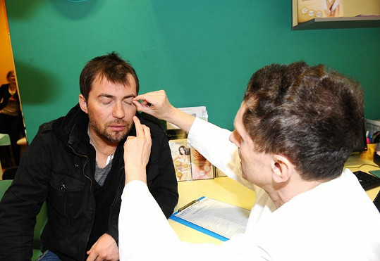 Bořek Slezáček na konzultaci k blížící se plastice očních víček.