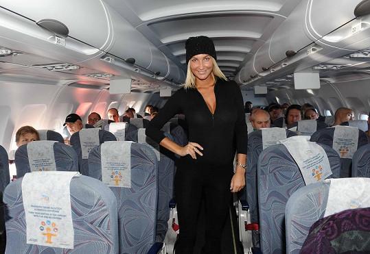 V letadle se prošla v uličce jako na módním mole.
