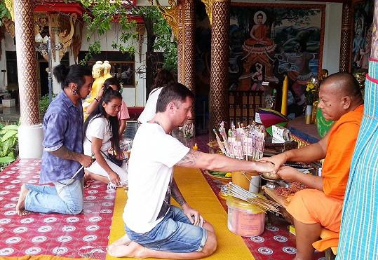 Vágnerovi se byli podívat na největší místní atrakci - Big Buddhu. Zde se za ně za úplatu pomodlili místní mniši.
