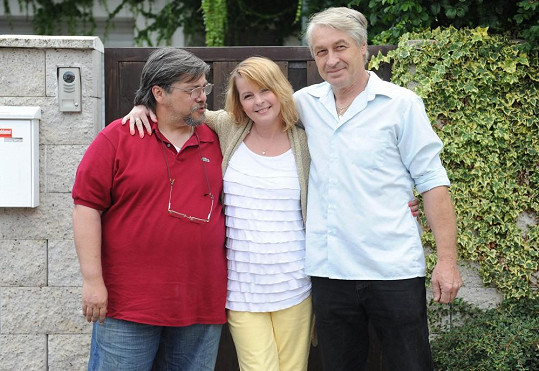 Iveta Bartošová s léčitelem Janem Saavedrou a přítelem.