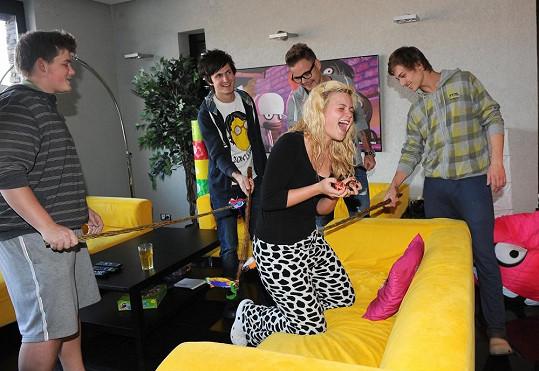 Veronika Stýblová dává koledníkům vajíčka.
