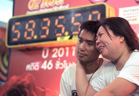 Vyčerpaní, ale šťastní držitelé nového světového rekordu v nejdelším polibku.