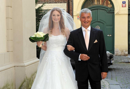 Josefínu doprovázel k oltáři tatínek Michal Nesvadba.