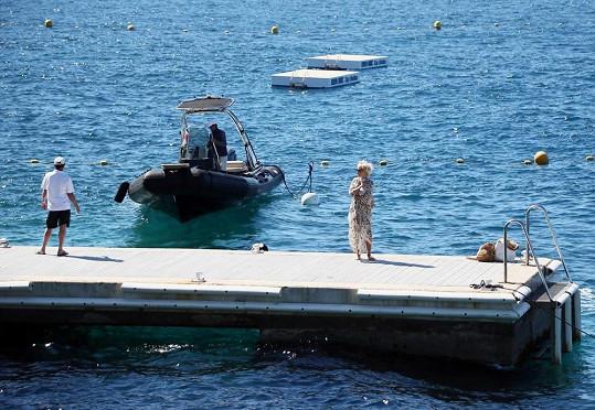 Herečka přijela člunem k hotelu Eden Roc, kde je s manželem ubytovaná.