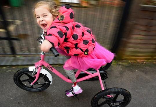 Vysněného růžového kola se nakonec přeci jen dočkala.