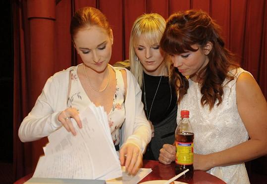 Vágnerová, Peterová a Nosková si procházejí podklady k roli.