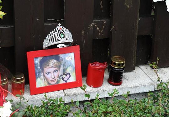 Takhle uctila zpěvaččinu památku.