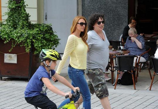 Richard Genzer se svojí láskou Markétou Jiránkovou na procházce po kolonádě.
