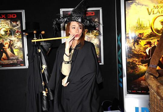 Karolína neodolala a vyzkoušela si kouzelnický kostým.