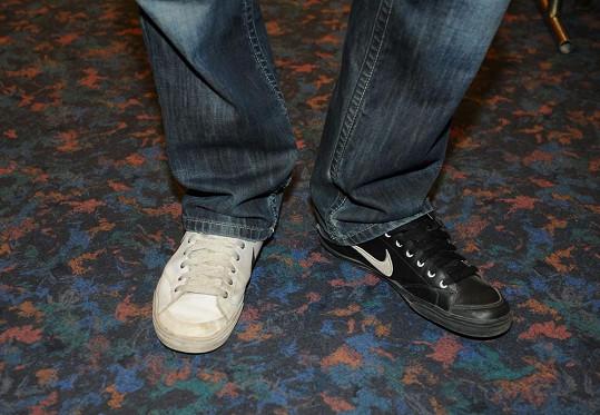 ...ale nosí každou botu jiné barvy.