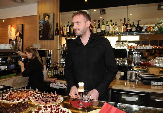 Petr Makovička si otevřel vlastní kavárnu.
