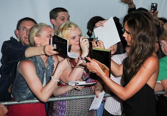 Slavná Britka rozdává autogramy.